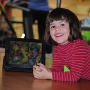 Victoria met iPad terwijl mama sport