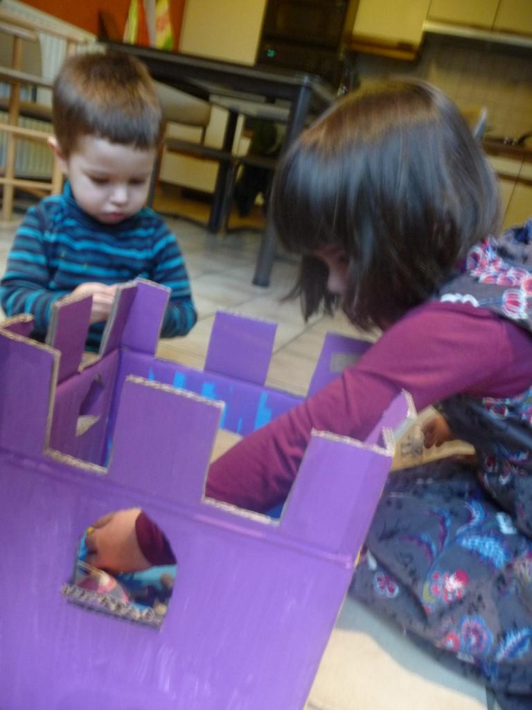 Kinderen spelen met zelf geknutseld kasteel