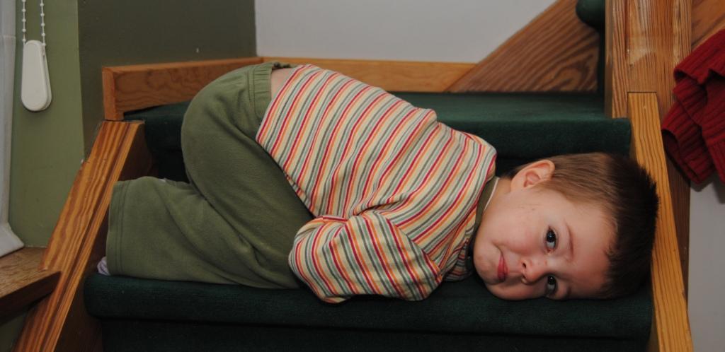 Lukas doet een dutje op de trap