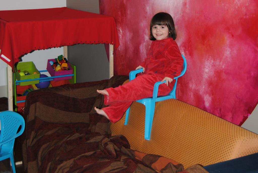 Victoria met haar stoel op de zetel