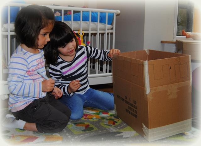 Samen het kasteel tekenen op de kartonnen doos