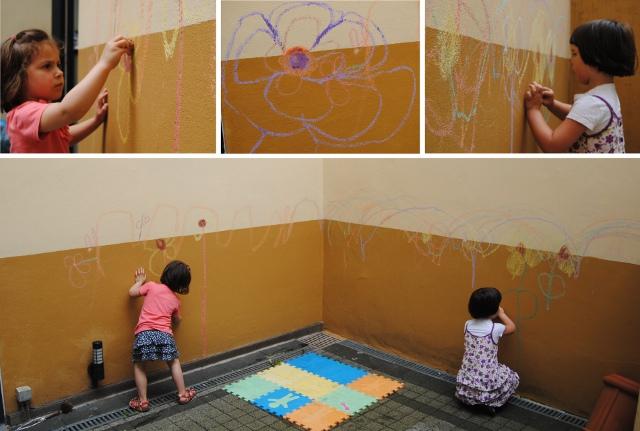 Kleuren met nat krijt op de muur