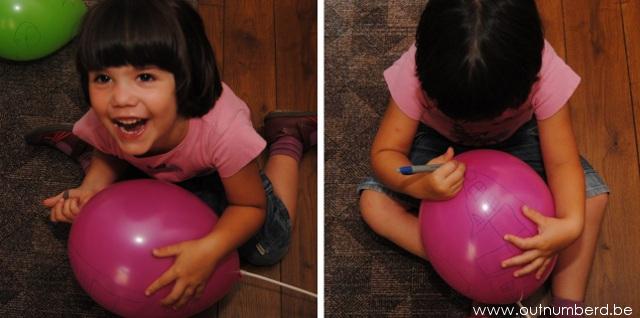 Enthousiast kind tekent op ballonnen