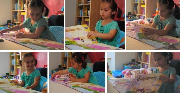 Meisje speelt met stickerboek