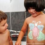 Creatief in bad met kleuters - gekleurd water en scheerschuim verf