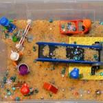 Een mini Duplo wereld in een doos met rijst
